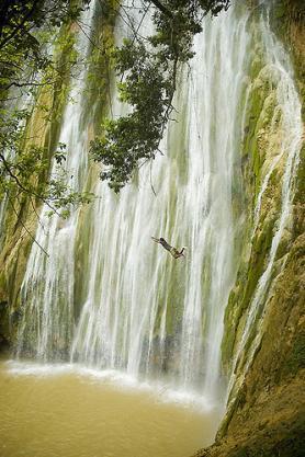 Vodopád Saltos de Limón s odvážným skokanem