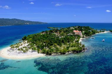 Ostrov Cayo Levantado v Dominikáně z výšky